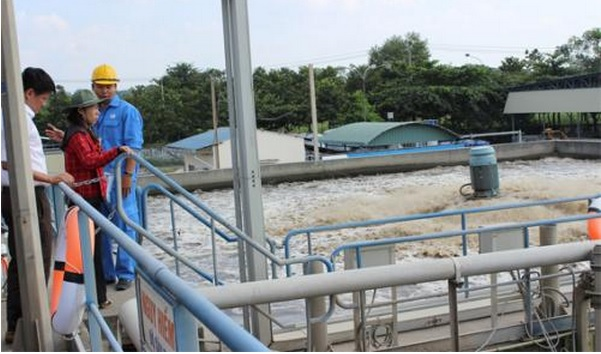minh họa hình ảnh cán bộ khai thác hệ thống xử lý nước thải công nghiệp quy mô lớn tại sơn la