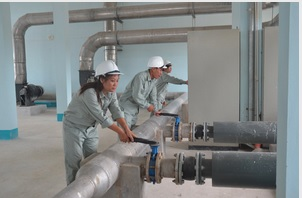hình ảnh minh họa nhân viên vận hành nhà máy xử lý nước thải lớn - HỆ THỐNG XỬ LÝ Nước thải sinh hoạt cho hàng ngàn hộ gia đình