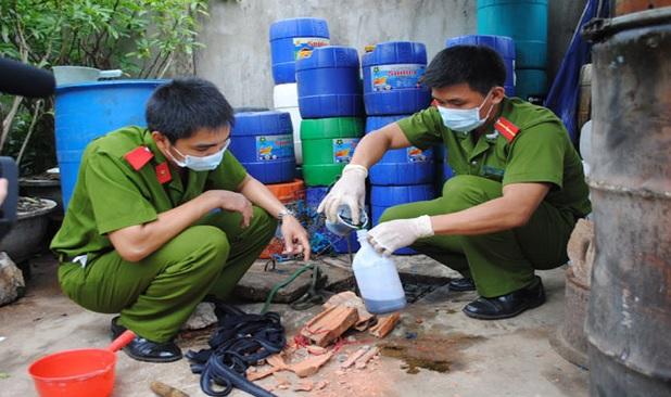 kiểm tra lấy nước xả thải đi xét nghiệm - hệ thống xử lý nước thải công nghiệp